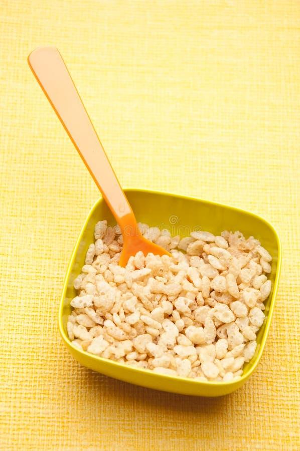 Cereal em uma bacia vibrante fotos de stock royalty free