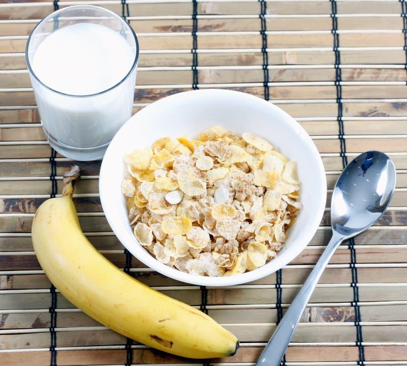 Cereal en taz n de fuente con leche y el pl tano foto de for Tazon cereales