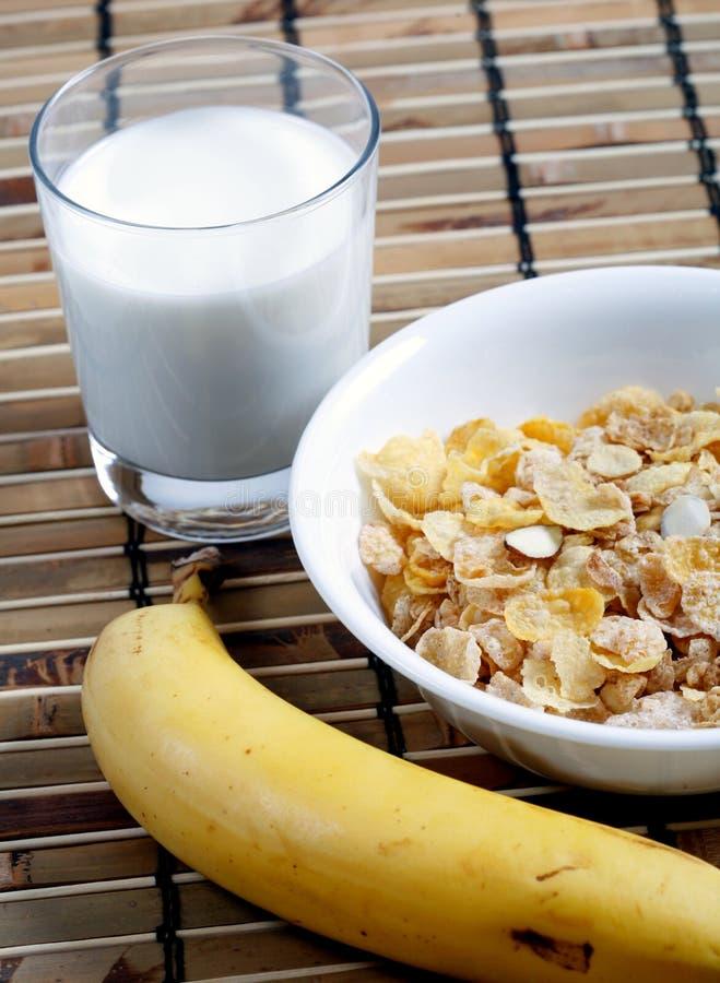 Cereal en tazón de fuente con leche y el plátano fotos de archivo libres de regalías