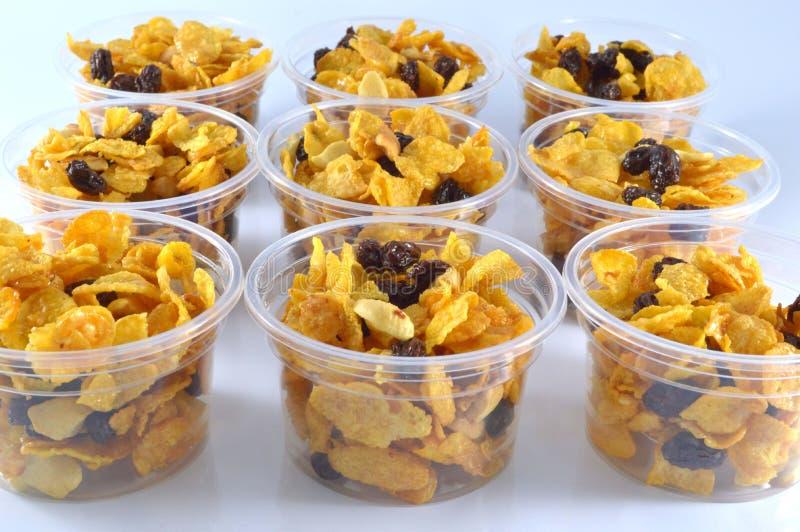 Cereal feito dos flocos de milho e do caramelo em uns copos fotografia de stock royalty free