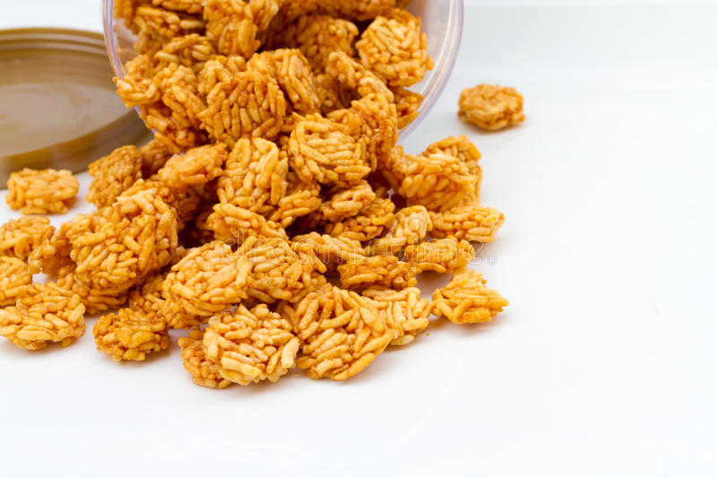 Cereal friável do arroz em rable branco imagem de stock
