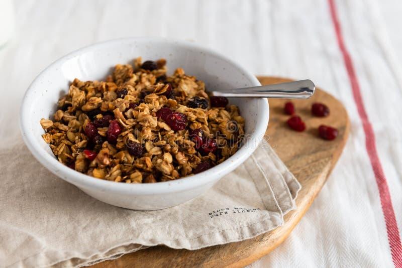 Cereal hecho en casa orgánico del Granola con la avena y las nueces Granola o muesli de la harina de avena en cuenco Copie el esp foto de archivo