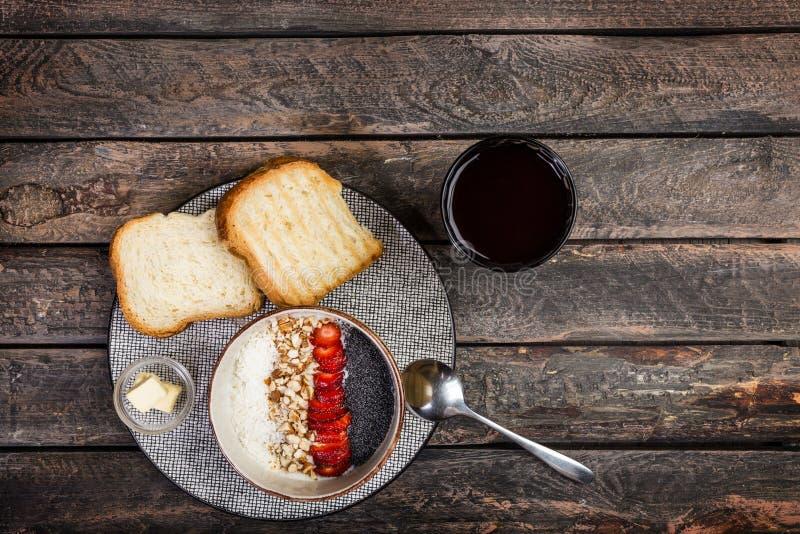 Cereal ou papa de aveia saudável do arroz do café da manhã com os flocos frescos da morango, da amêndoa e do coco, servidos com p imagem de stock royalty free