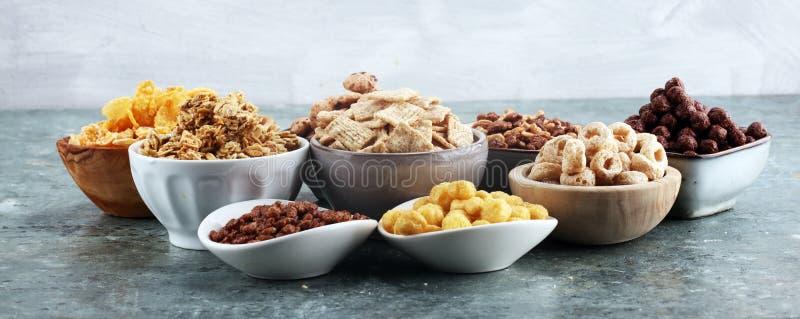cereale Ciotole di diversi cereali per i muesli della prima colazione con i cereali dei bambini fotografie stock