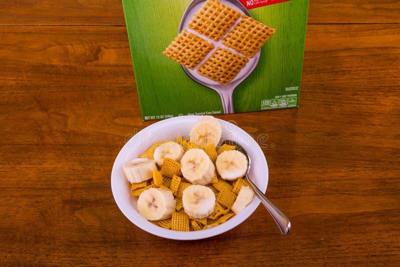 Cereale croccante del cereale con le banane e la scatola fotografia stock libera da diritti