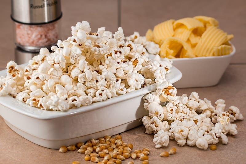 Cereale del soffio su Gray Ceramic Bowl immagine stock