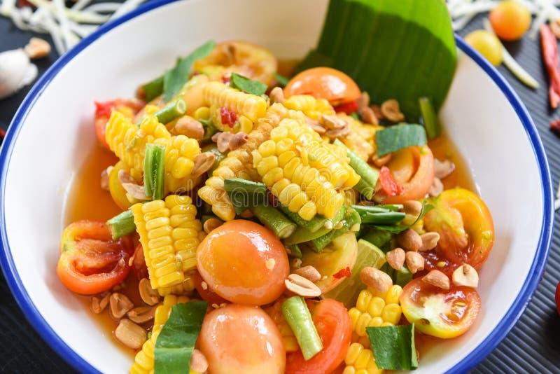 Cereale dell'insalata piccante con le erbe degli ortaggi freschi e gli ingredienti delle spezie con l'aglio dell'arachide del pom immagini stock libere da diritti