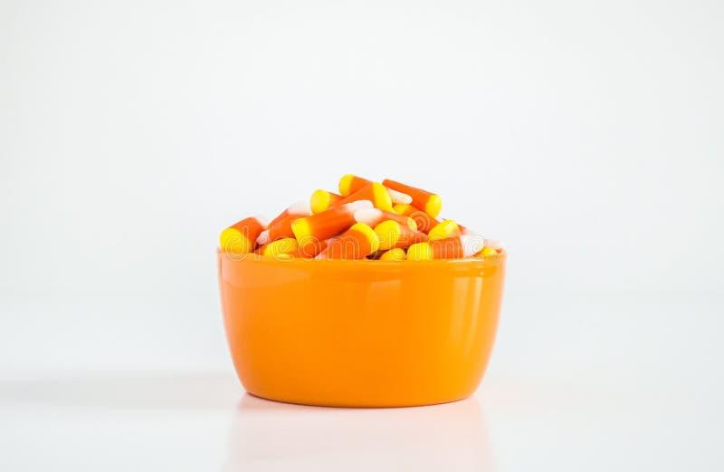 Cereale di Candy in una ciotola arancio su bianco fotografia stock libera da diritti