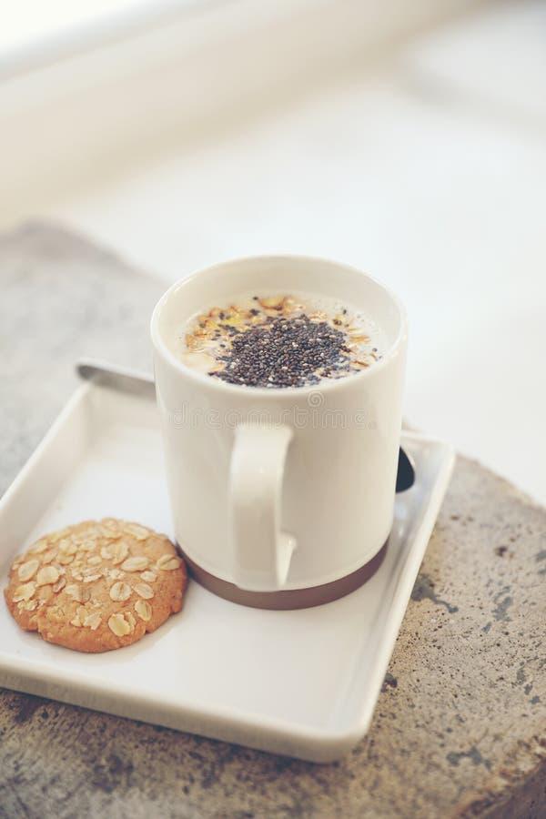 Cereale su latte in tazza e biscotto fotografie stock libere da diritti