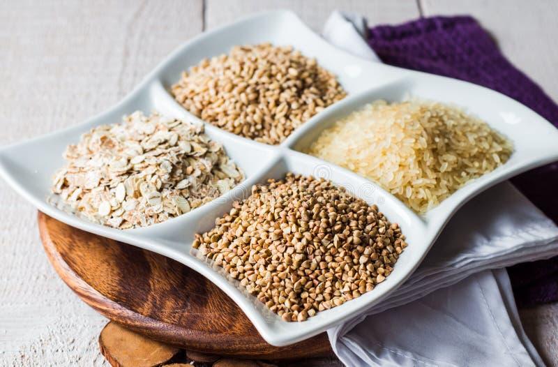 Cereales crudos, alforfón, avena, cebada de perla, arroz blanco imagen de archivo