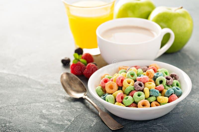 Cereales dulces coloridos de la fruta con el jugo y el cacao fotografía de archivo libre de regalías