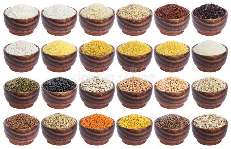 Cereales fijados aislados en el fondo blanco Colección de diversos avenas mondadas, arroz, habas y lentejas en cuencos de madera fotos de archivo libres de regalías