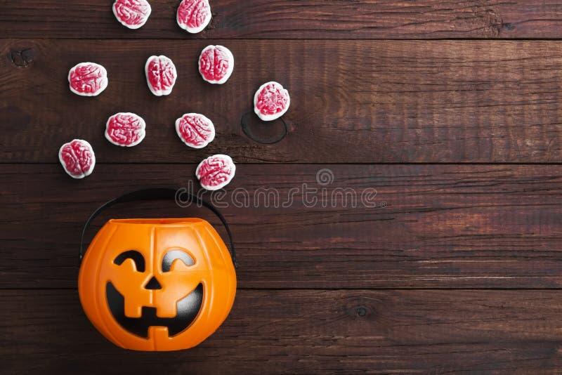 Cerebros terribles de los dulces para Halloween en calabaza decorativa encendido imagen de archivo