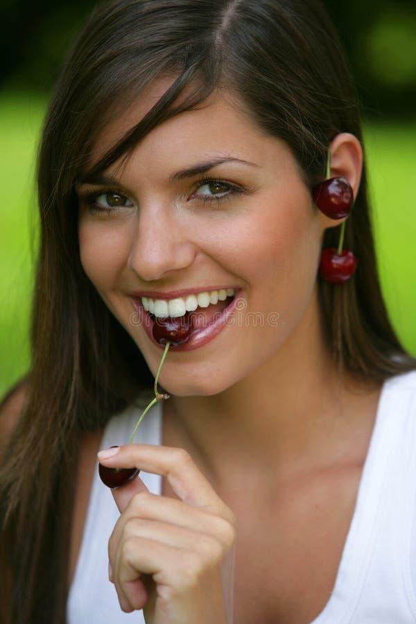 Cereja adolescente comer fotografia de stock royalty free