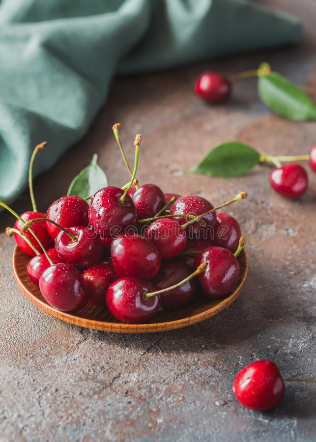 Cereja doce fresca na sobremesa fotos de stock royalty free