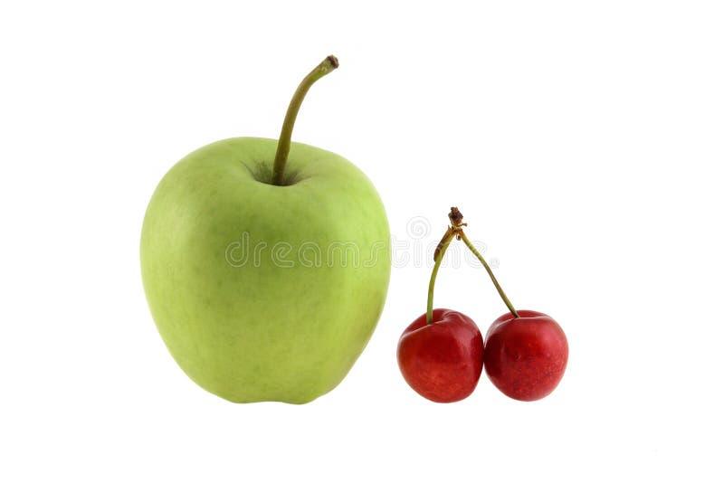 Cereja doce vermelha da ma?? verde isolada no fundo branco como o elemento do projeto de pacote fotos de stock