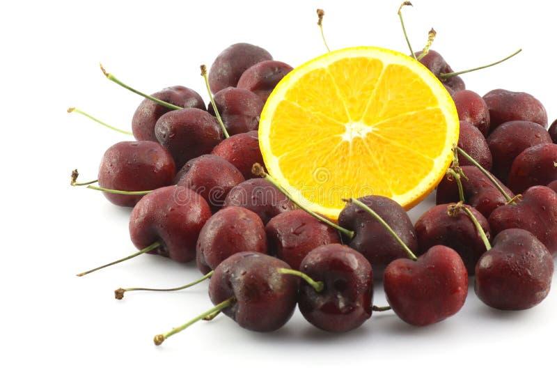 Cereja fresca em torno da laranja de umbigo fotografia de stock