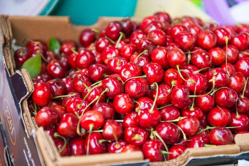 Cereja fresca para a venda no mercado de fruto imagens de stock royalty free