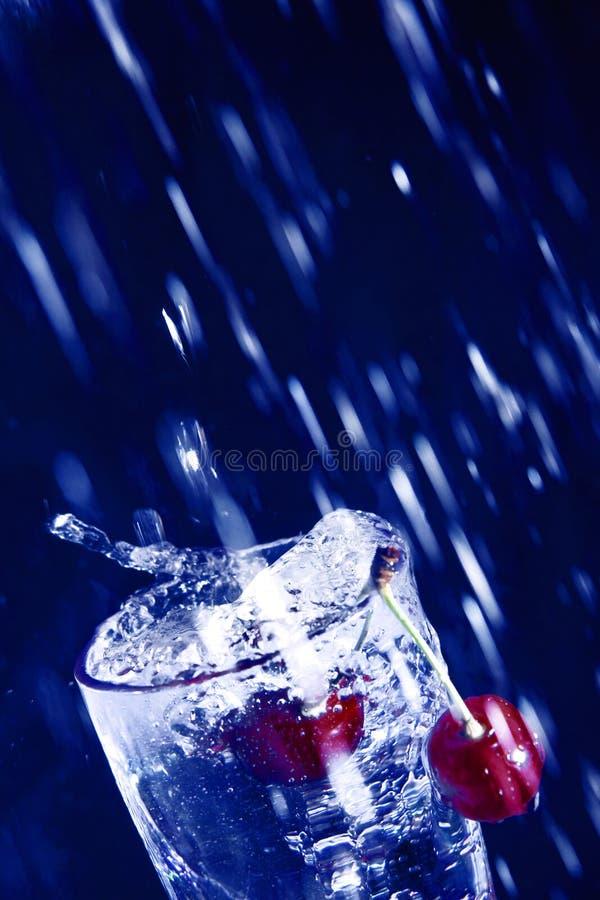 Cereja na água. imagem de stock