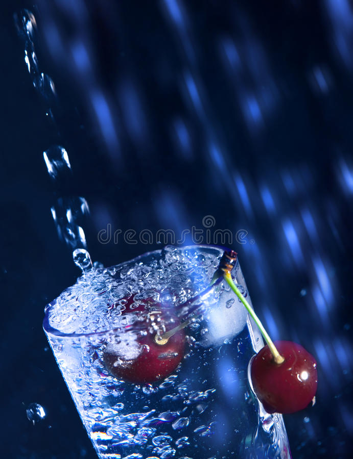 Cereja na água. imagem de stock royalty free