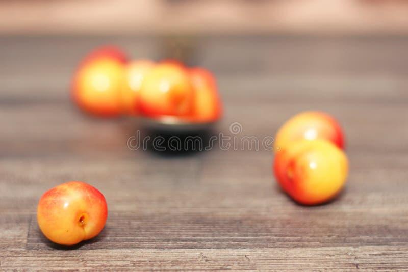 Cerejas dispersadas na tabela foto de stock royalty free