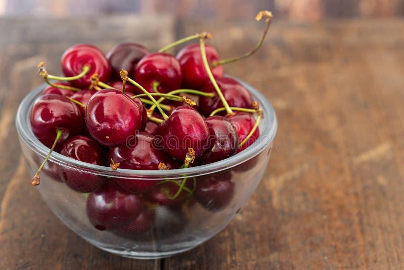 Cerejas doces na placa fotos de stock