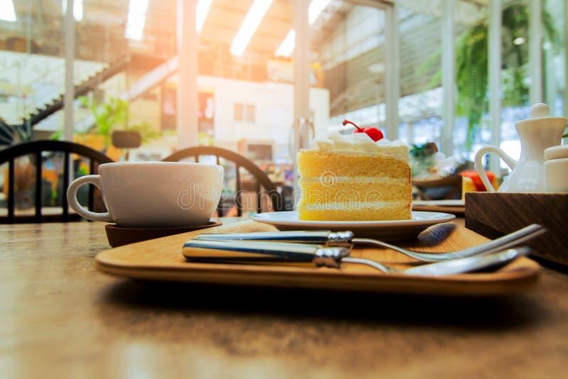 Cerejas e café na tabela imagem de stock royalty free