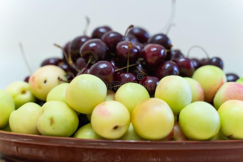 cerejas e close up maduros frescos dos abricós como o fundo Fundo bonito da fruta fotografia de stock royalty free