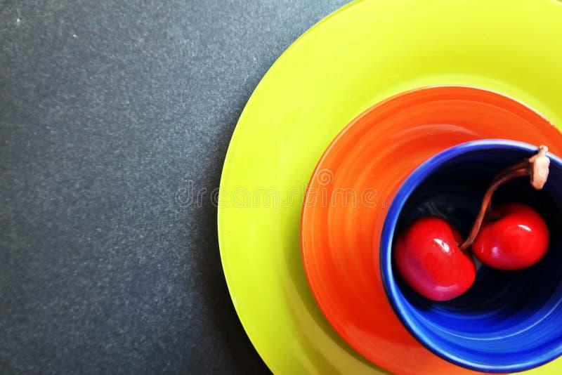 Cerejas e copo cerâmicos foto de stock royalty free