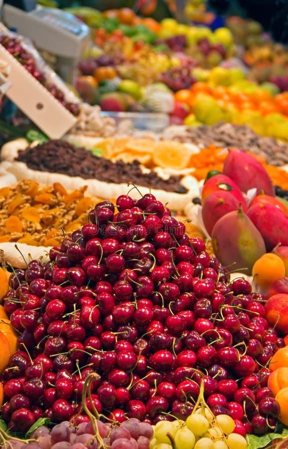 Cerejas em um mercado de rua fotografia de stock royalty free