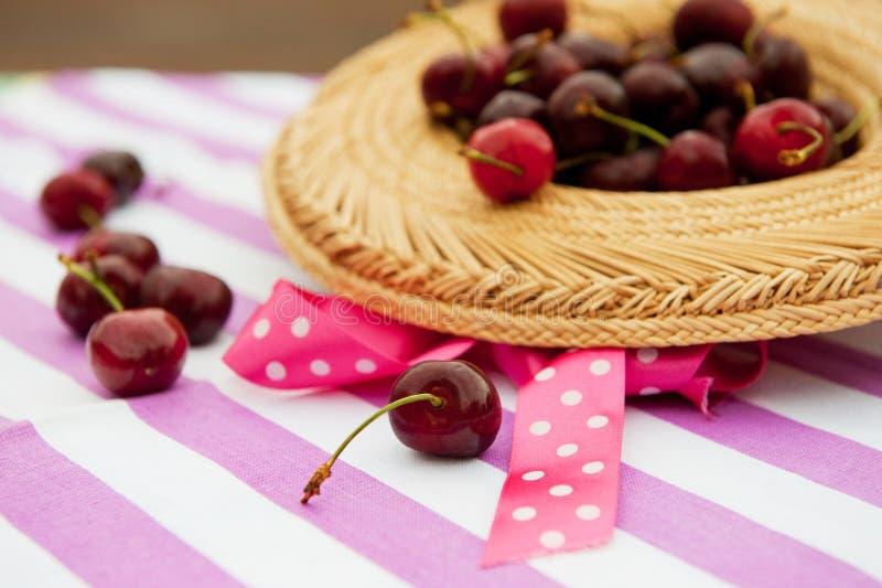 Cerejas frescas ao ar livre imagens de stock