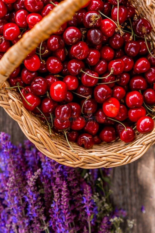 Cerejas frescas em um bascket de madeira fotos de stock