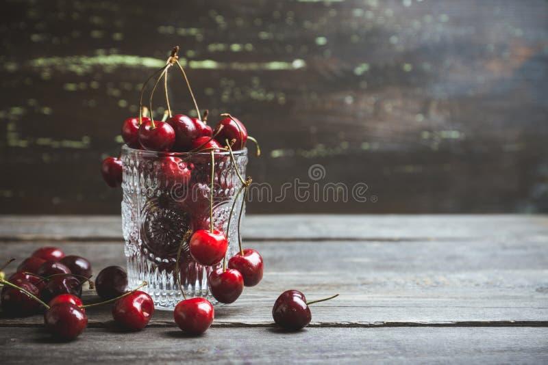 Cerejas maduras vermelhas no vidro fotografia de stock