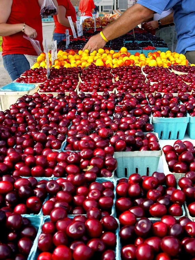 Cerejas no mercado dos fazendeiros foto de stock