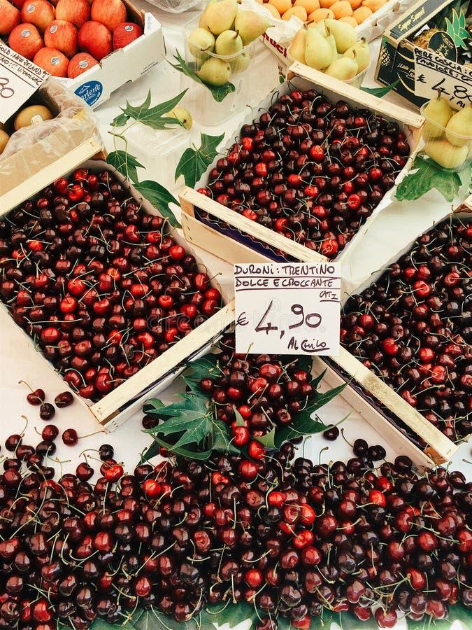 Cerejas, peras, maçãs em umas caixas de madeira foto de stock royalty free