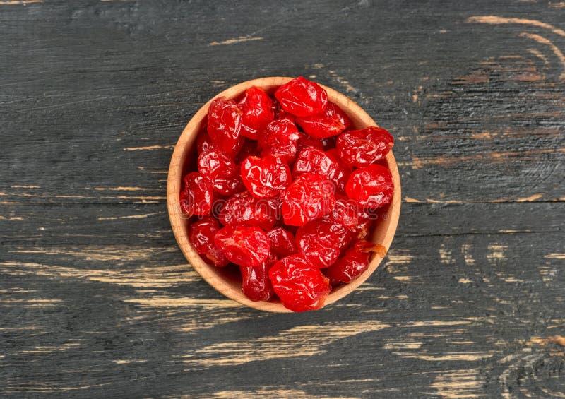 Cerejas secas na bacia fotografia de stock royalty free