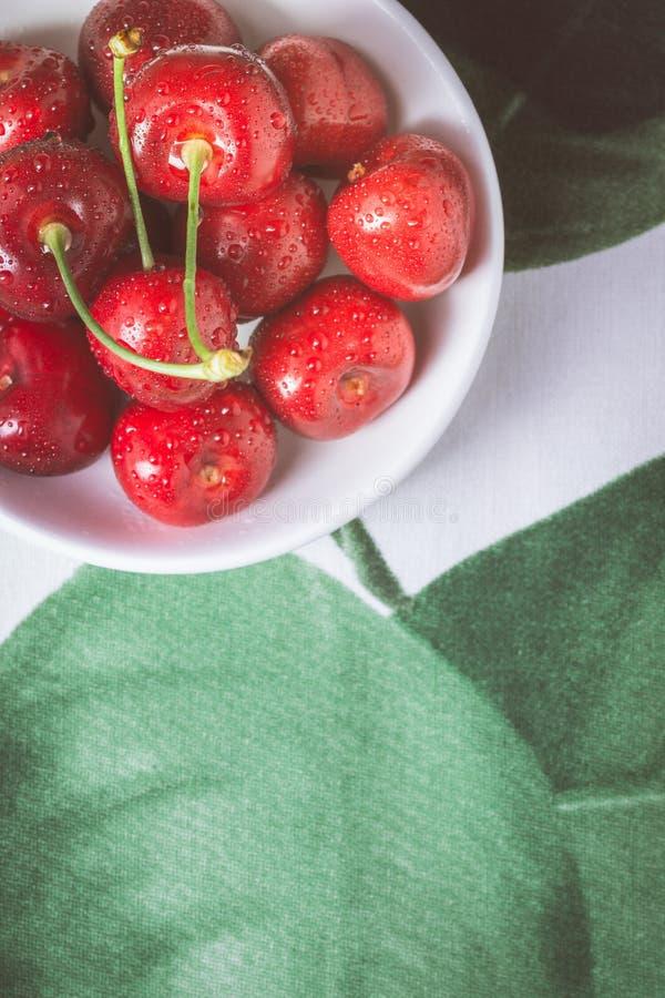 Cerejas vermelhas orgânicas com gotas da água fresca como o conceito do verão imagens de stock royalty free