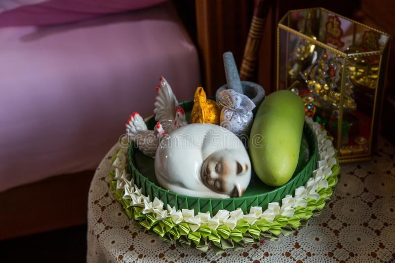 ceremic的猫,在木板材安置的金花是新娘pprice i的部分 免版税库存照片