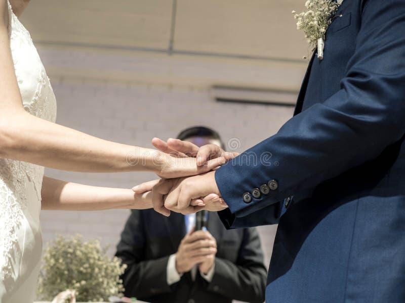 Ceremoni av att s?tta p? vigselringar Mogna par som f?r att gifta sig arkivbild