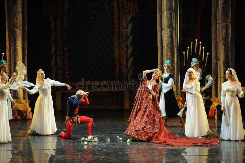Ceremoni-balett för prins för drottningmodergasgloria- den vuxna svan sjön royaltyfria bilder