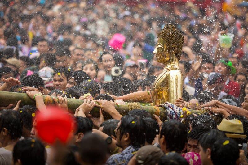 Ceremoni för Buddhastatyvatten i songkranfestivalen, Luang Pho Phra royaltyfri fotografi