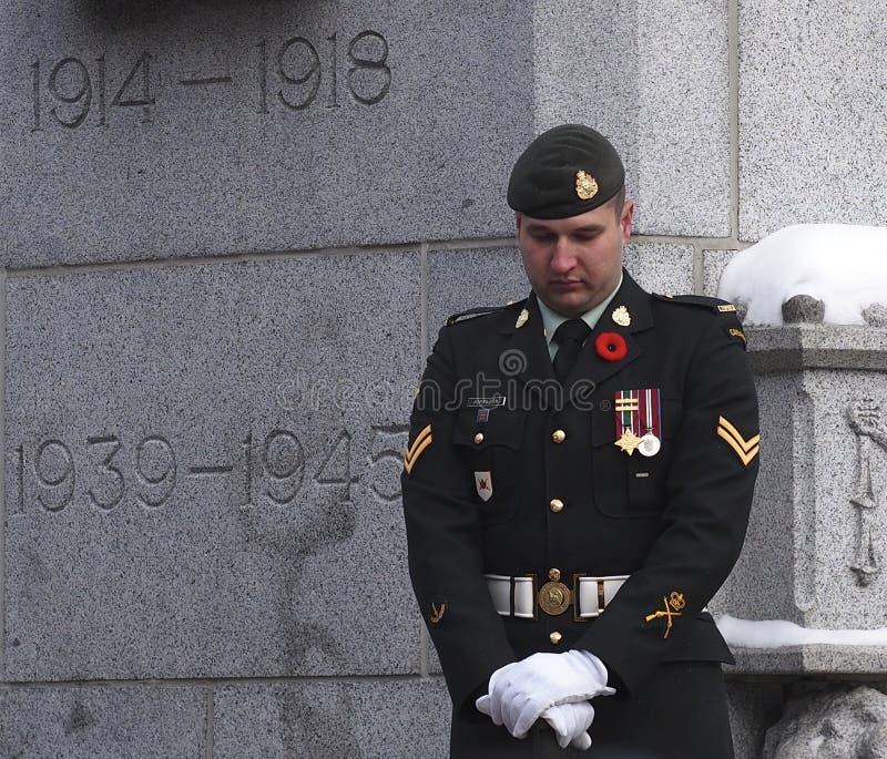 Ceremonia canadiense del día de la conmemoración de At Cenotaph At del soldado imagen de archivo