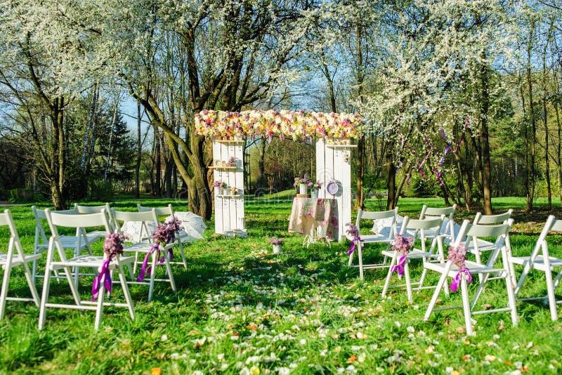 Ceremonia de boda en jardín floreciente fotos de archivo