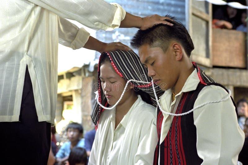 Ceremonia de boda en los pares filipinos jovenes fotografía de archivo libre de regalías