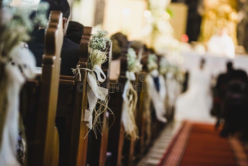Ceremonia de boda en una iglesia, pasadizo fotos de archivo libres de regalías
