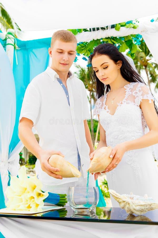 Ceremonia de boda en una playa tropical en azul Ceremonia de la arena hap imagen de archivo