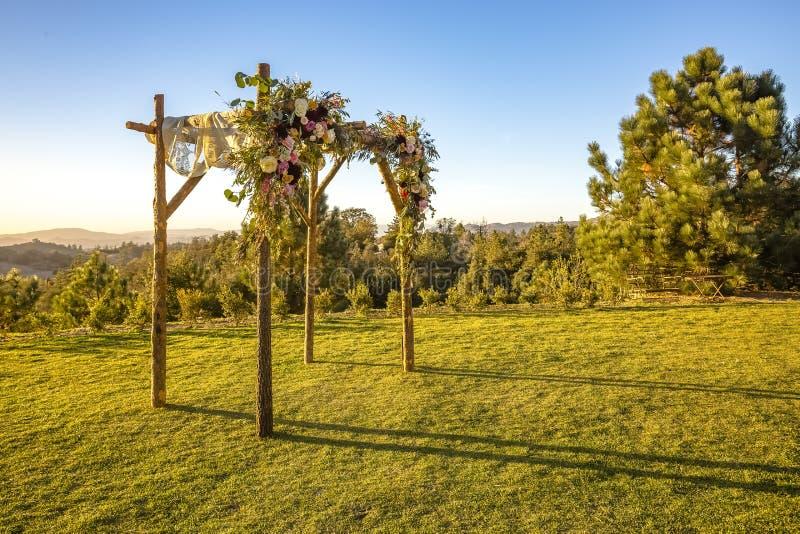 Ceremonia de boda judía de las tradiciones Chuppah o huppah del toldo de la boda durante hora de oro fotos de archivo libres de regalías