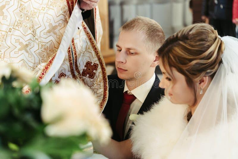 Ceremonia de boda de la novia rubia elegante feliz y del novio elegante foto de archivo libre de regalías