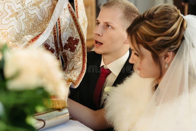 Ceremonia de boda de la novia rubia elegante feliz y del novio elegante fotografía de archivo