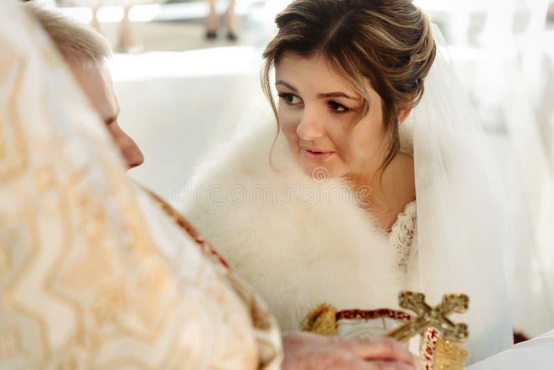 Ceremonia de boda de la novia rubia elegante feliz y del novio elegante fotografía de archivo libre de regalías